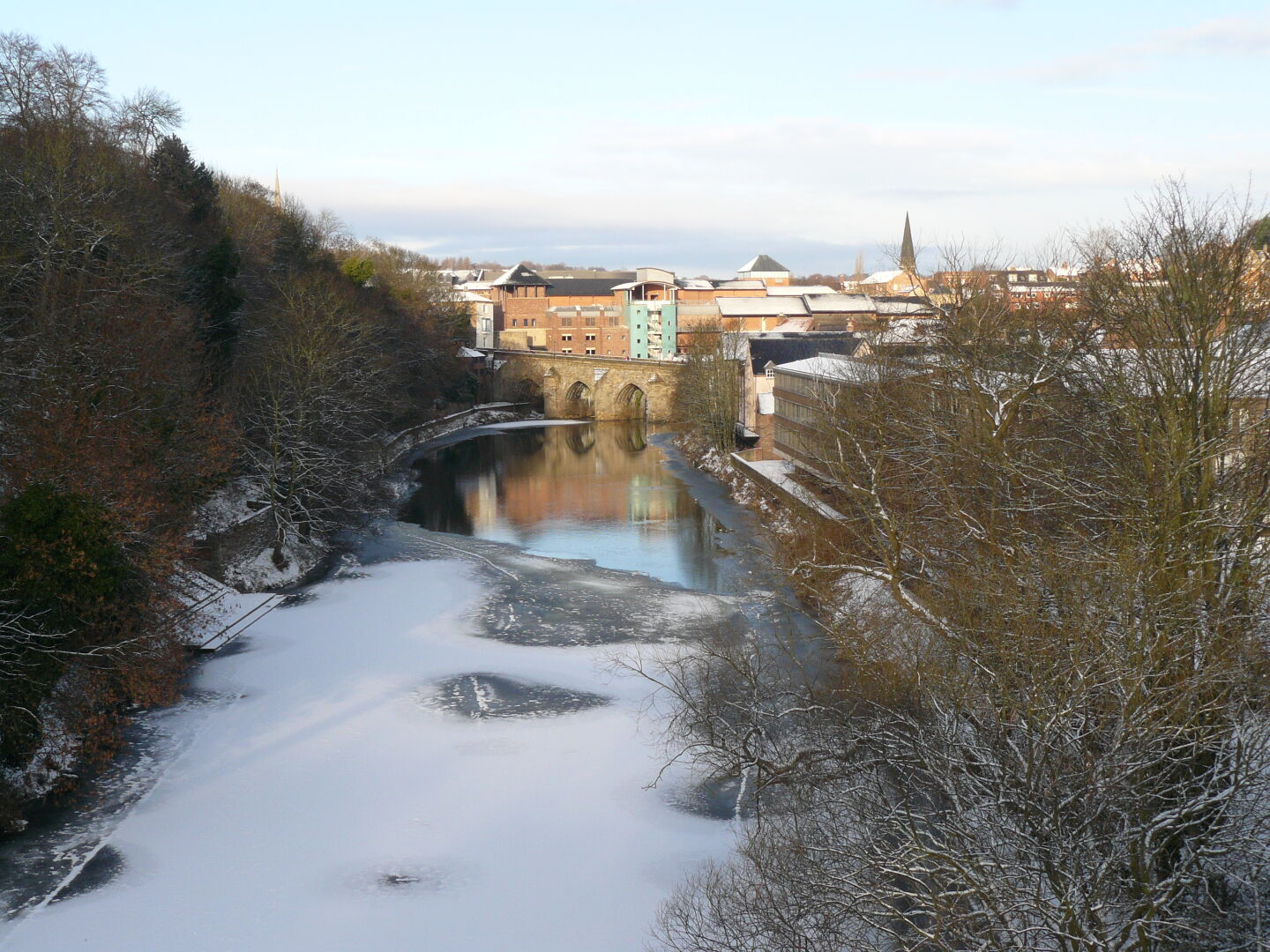 Durham seems to sleep under the snow (but the quiet is probably due to the fact that most students have left the town for the Christmas holidays).