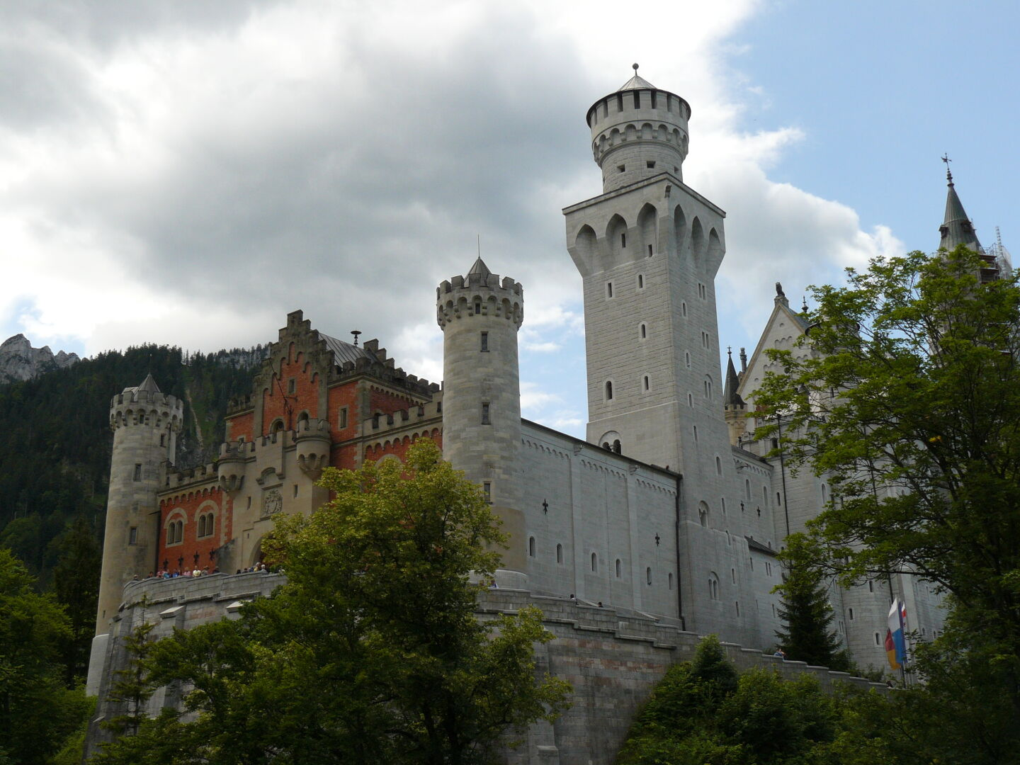 And here it is, Germany's most famous building, from the north-east. Castle Neuschwanstein. Commissioned bei King Ludwig II, it wasn't even finished when he died at age 41.