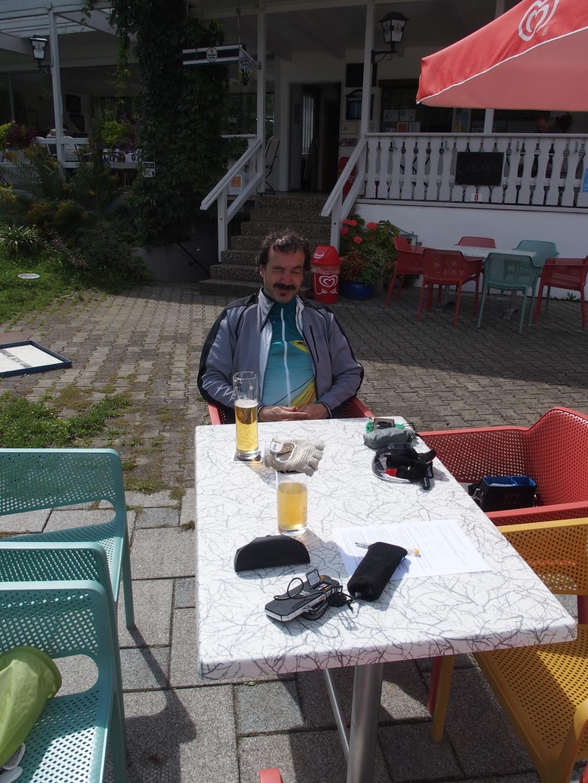 Typische Pause: das Handy trocknet in der Sonne. Am Minigolfplatz in Hausen im Tal.