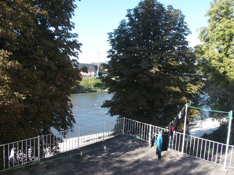 Zimmer mit Wäscheleine und Blick auf die Donau in der Pension Graf in Donauwörth.