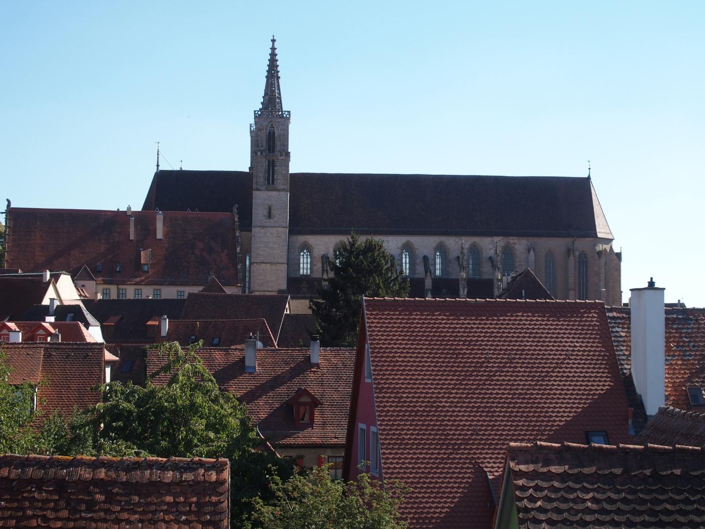 Diese Rothenburger Kirche beherbergt einen Altar, der sehr berühmt ist - nicht, weil er von Tillman Riemenschneider ist, sondern weil er eine Heilig-Blut-Reliquie enthält.