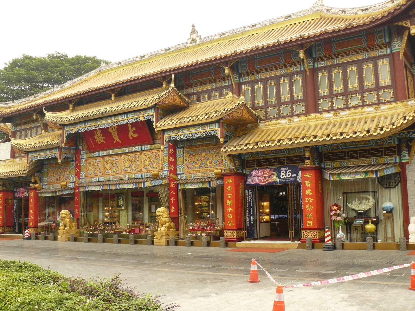 Qintai Road is full of richly decorated buildings, most of which contain jewellery shops or expensive-looking restaurants.