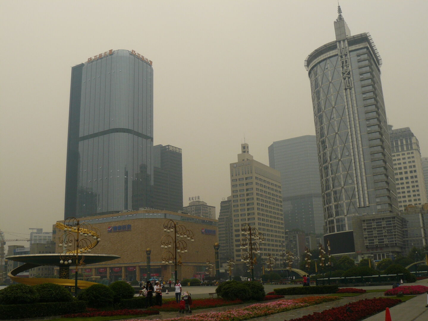 It is a pity that the haze prevented me from seeing the tops of the skyscrapers clearly.